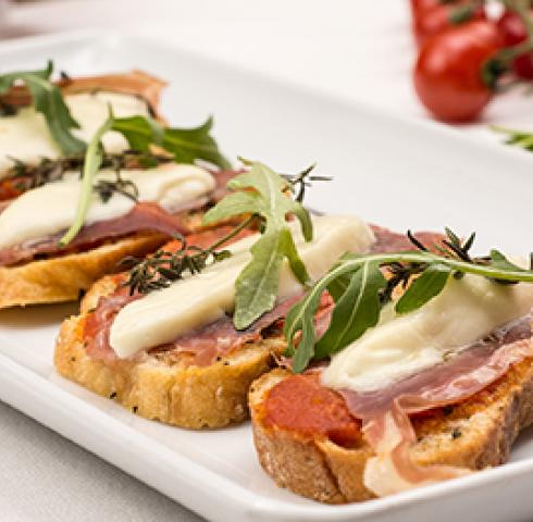Tartines Bruschetta de jambon Serrano à la tapenade de figues et d'olives